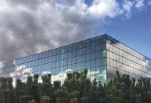Bei Gebäuden mit großen Glasfronten ermöglicht die Ausstattung mit elektro- oder thermochromen Fenstern Energieeeinsparungen von bis zu 70 Prozent bei Heizung und Kühlung. Foto: Fraunhofer