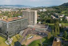 Das Turmgebäude des Stadtspitals Zürich Triemli wird zurzeit instand gestellt. An der Südfassade soll zudem eine Vertikalbegrünung erstellt werden. Foto: Stadtspital Triemli