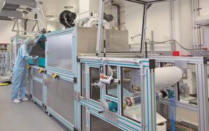 Die Beschichtungen werden im Rolle-zu-Rolle-Verfahren hergestellt. Mit wenigen 100 µm sind sowohl die elektrochrome Folie als auch das thermochrome Dünnglas-Substrat extrem dünn. Foto: Fraunhofer