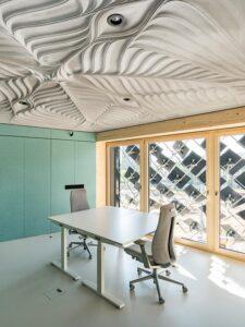 Der Büroraum auf der Ostseite mit Blick auf die Adaptive Solarfassade und die Leichtbau-Deckenkonstruktion.