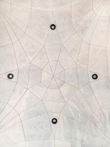 Die Unteransicht der Leichtbau-Deckenkonstruktion mit integrierter Gebäudetechnik.